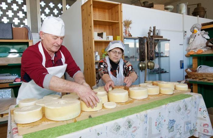 Pierino Moleri e Luciana Previtali nell'azienda agricola Moleri di Grumello del Piano. Sopra l'azienda agricola Torriani.