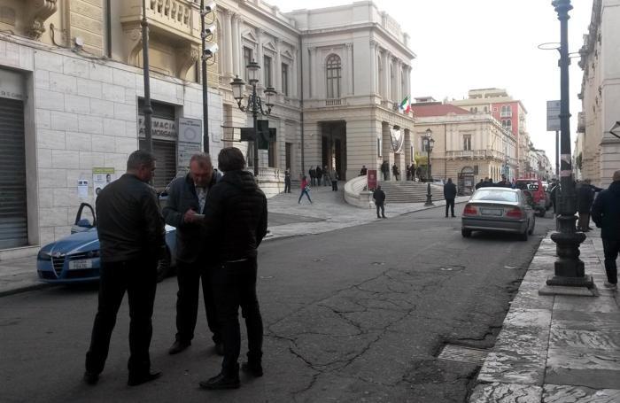 La polizia davanti alla sede del teatro Cilea dALESSANDRO SGHERRI
