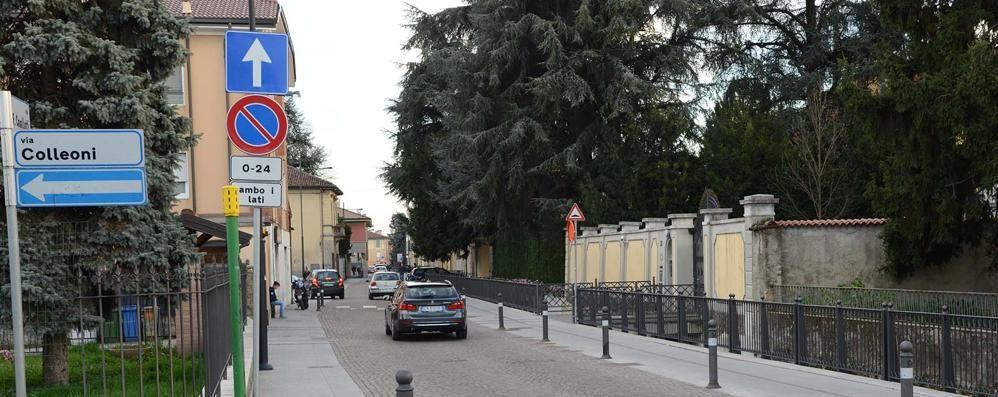 Trascinata fuori dall'auto da due banditi Treviglio, terza aggressione a una donna