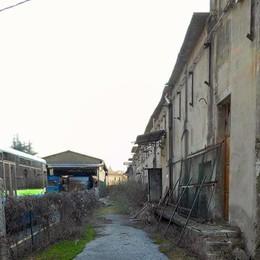 L'accesso della stazione di Villa d'Almè bloccato dal deposito degli autobus