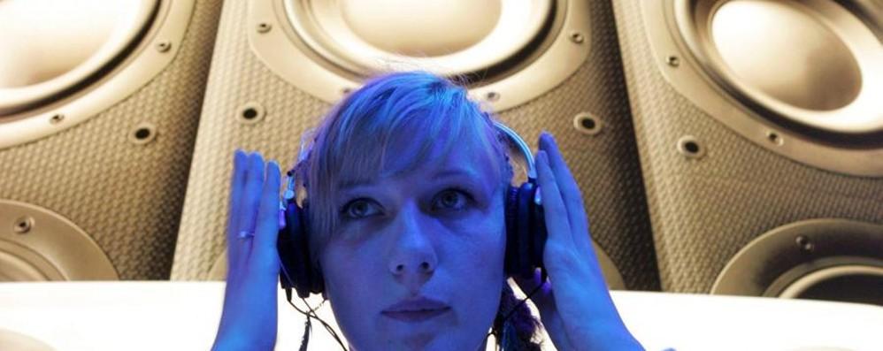 Cuffie e auricolari, allarme dell'Oms: musica alta, giovani a rischio sordità