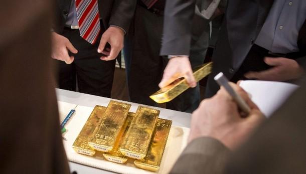 Oro: in calo a 1.195,50 dollari