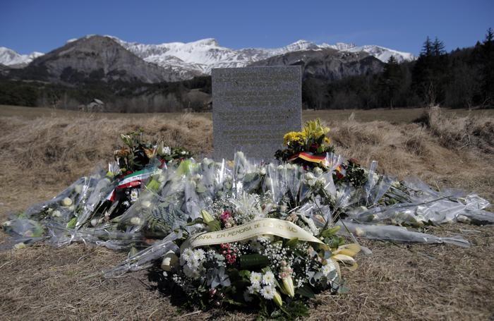 Una stele in memoria dei morti provocati dallo schianto dell'aereo della Germanwings diretto da Barcellona e Dusseldorf il 24 marzo