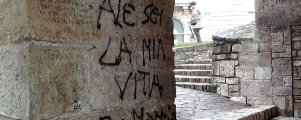 """Porta San Giacomo imbrattata - Foto La Lega: «Il Comune e quei """"no"""" assurdi»"""