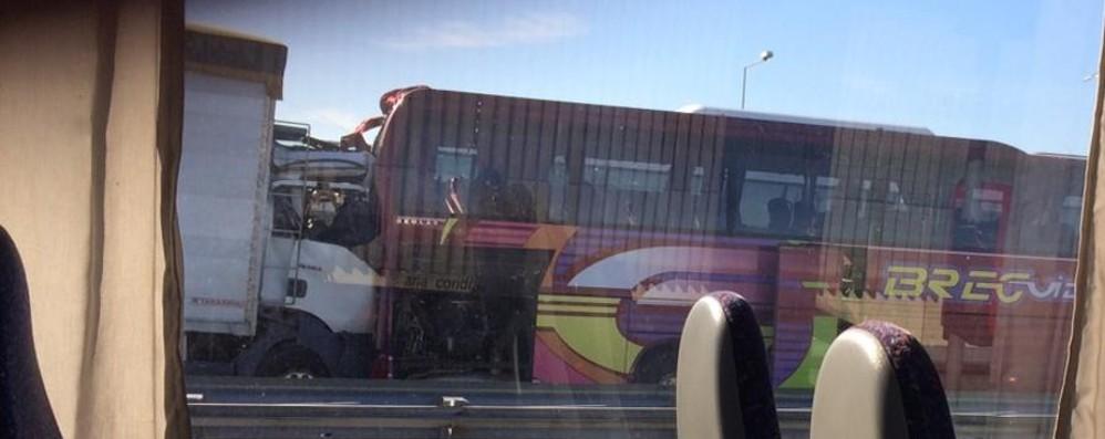 Milano, grave incidente in A4 Coinvolto pullman di studenti