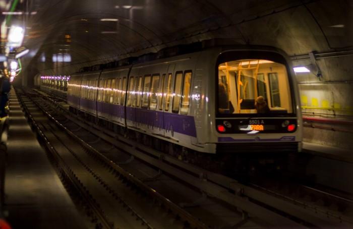 Un treno della linea 5, la  lilla