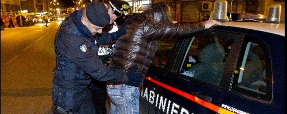 Preso mentre sale su un'auto rubata Un 21enne arrestato: ricettazione