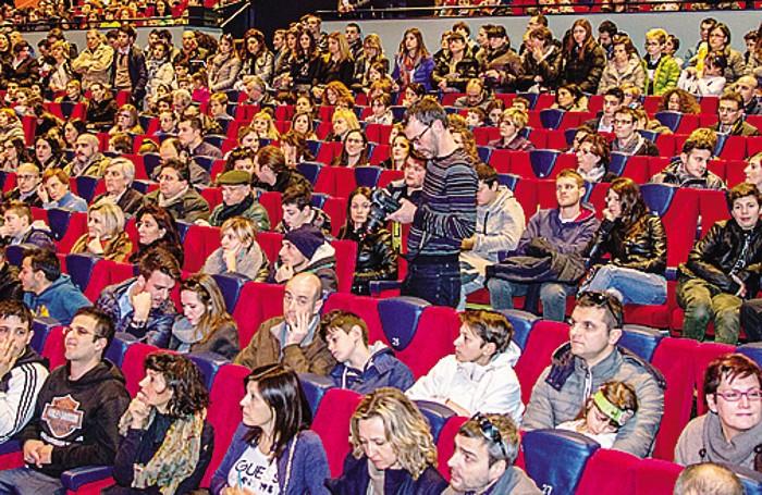La sala piena di gente al cineteatro