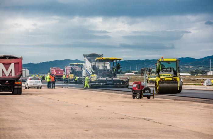 Uomini e mezzi della Vitali Spa al lavoro all'aeroporto di Olbia