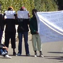 «Vorremmo lavorare o studiare italiano» 13 profughi protestano: strada bloccata