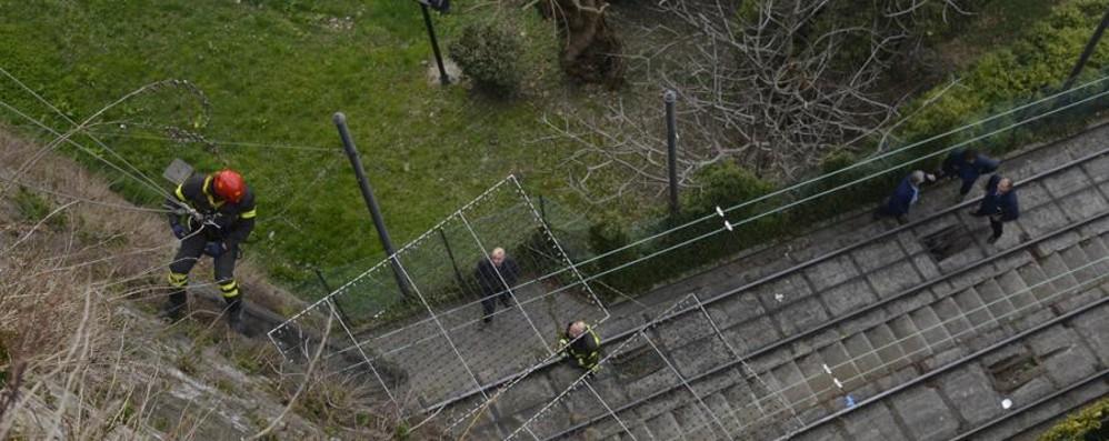 67enne si getta dalle Mura Funicolare, ripreso il servizio