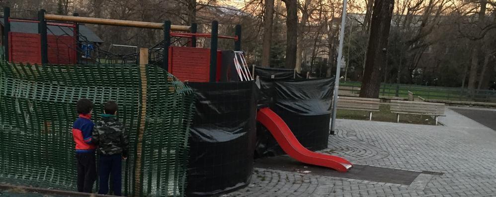 Al Parco Suardi giochi impacchettati «Presto i lavori. Il parcheggio è aperto»