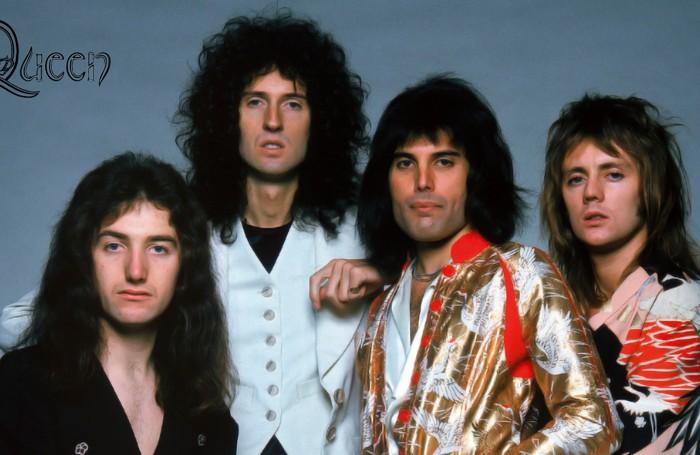 I mitici Queen, Freddy Mercury (nella foto sopra) è il secondo da destra