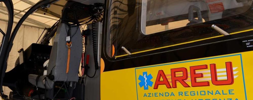 Cade dal telone del camion Un 44enne grave in ospedale