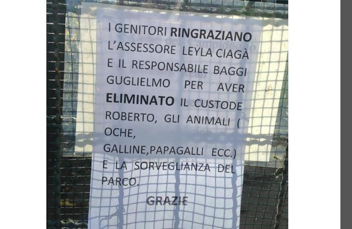 Un cartello comparso al Parco Suardi