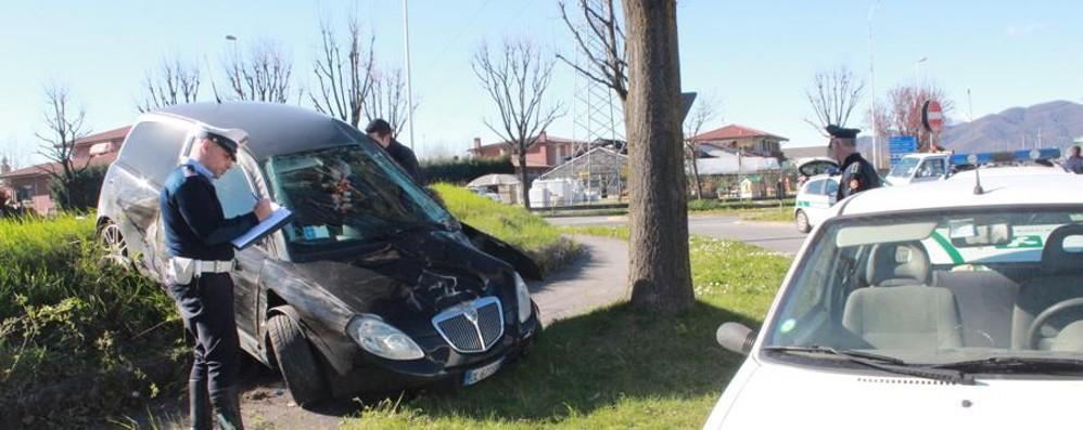 Schianto sulla Rivierasca Auto si ribalta, ferite due donne