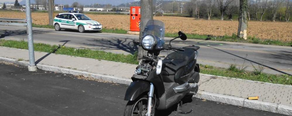 Scooter contro un albero a Curnasco Il pensionato ferito è morto in ospedale