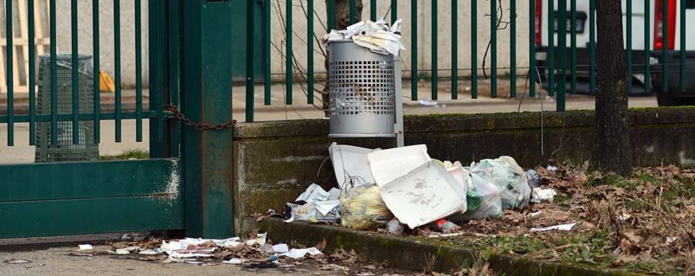 Spazzatura in strada, quanta inciviltà  Da Stezzano gli scatti del degrado - Foto
