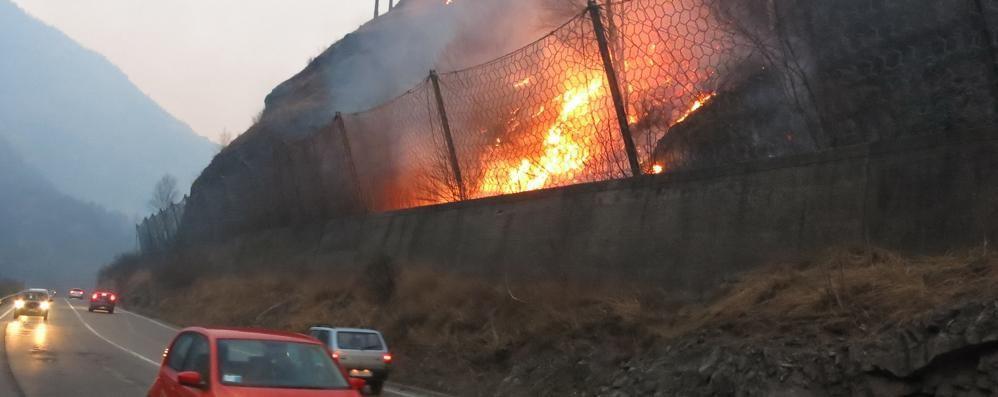 Val Seriana, il vento ostacola i soccorsi Una giornata di lotta con l'incendio - Video