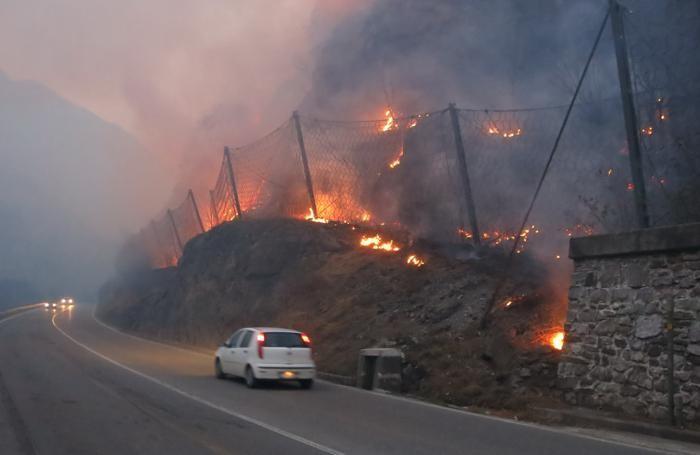 L'incendio stamattina, mercoledì 1° aprile, a lato della provinciale della Val Seriana