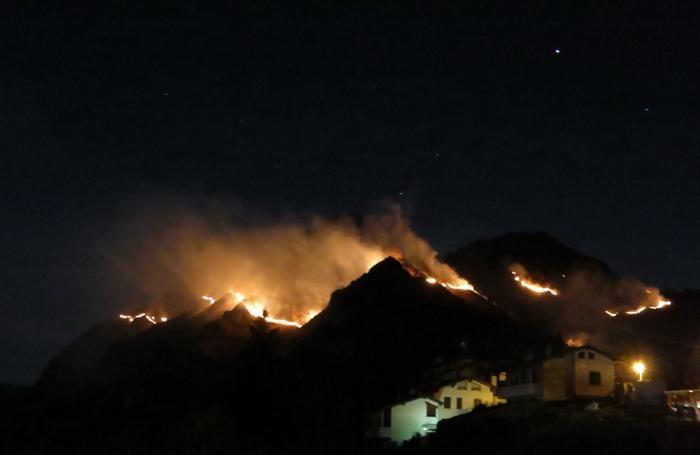 L'incendio alle 20,30 del 31 marzo con le prime case di Premolo
