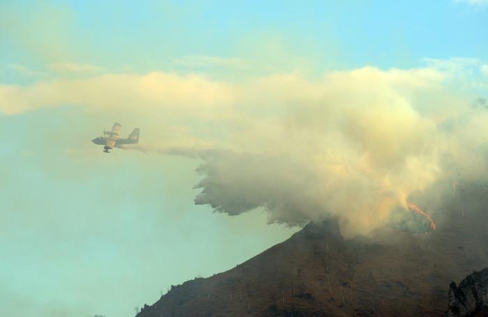 Un Canadair ieri in Val del Riso