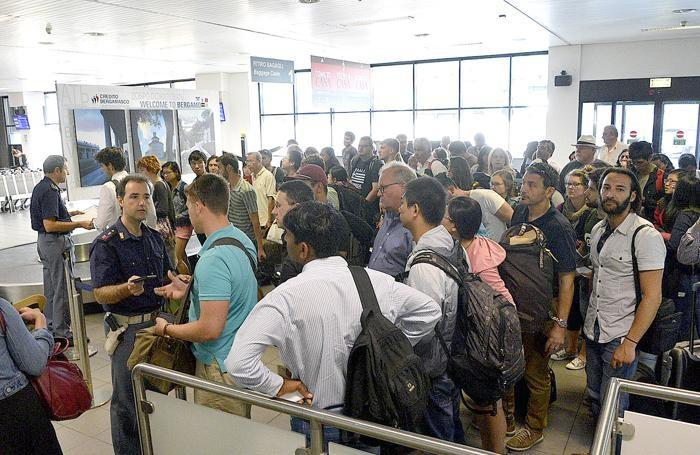 La Polaria controlla i documenti al punto di frontiera dell'aeroporto di Orio al Serio