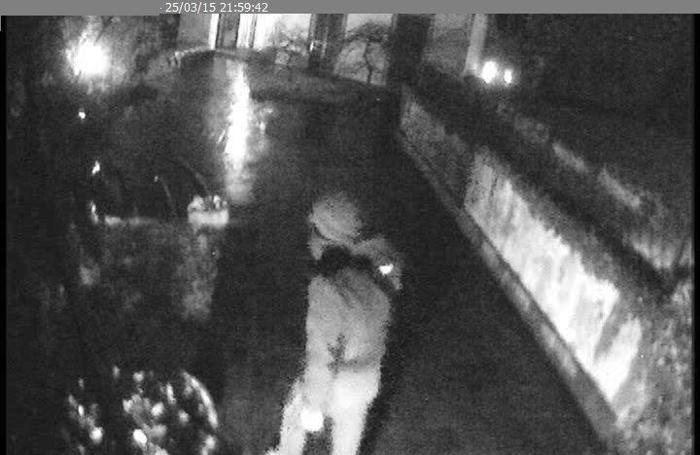 Un fotogramma dalle telecamere di uno dei ladri penetrati nella casa di Giorgio Jannone a Bergamo