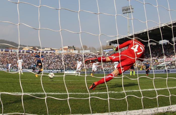 Il rigore segnato da Denis contro il Sassuolo