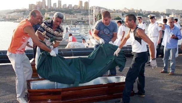 Barcone capovolto, recuperati 9 cadaveri