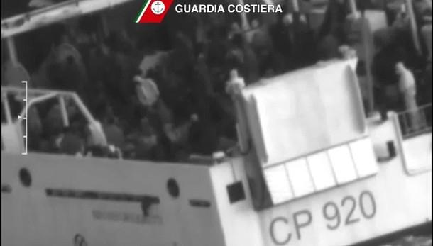 Soccorsi altri 1358 migranti, un morto
