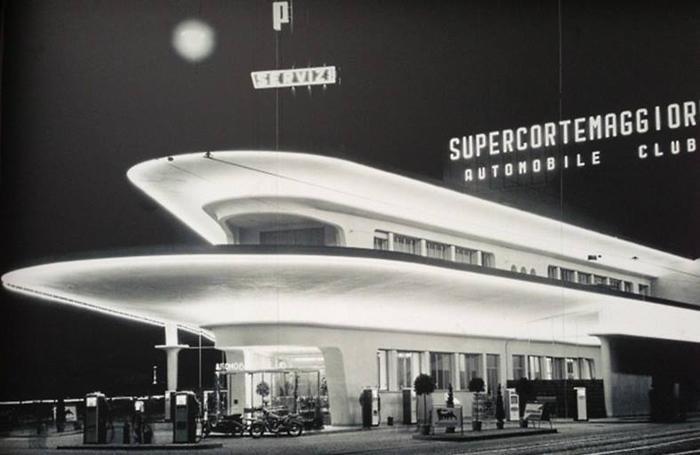 Il distributore di piazzale Accursio in una foto degli anni '60