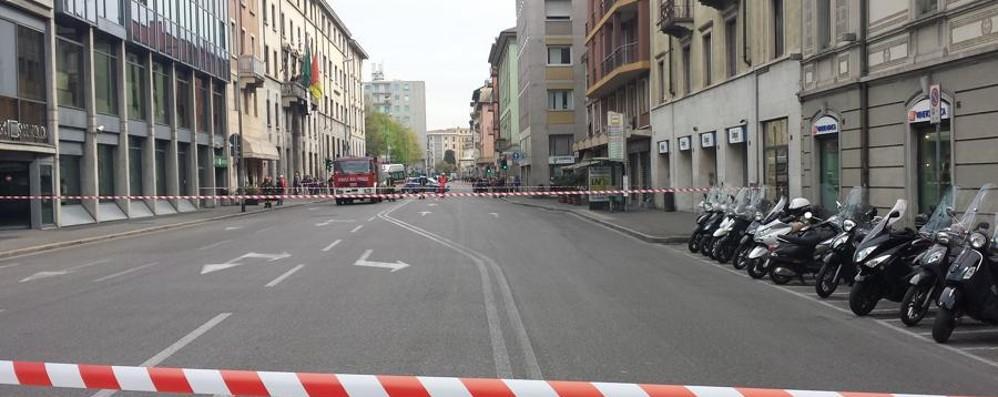 L'allarme bomba all'Unipol A mezzogiorno riaperta via Camozzi