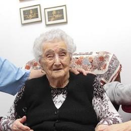Angela, 105 anni e gli auguri del Papa  «Ma faccio fatica a infilare l'ago»