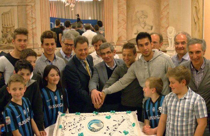 Foto di gruppo all'Atalanta Club ValGandino