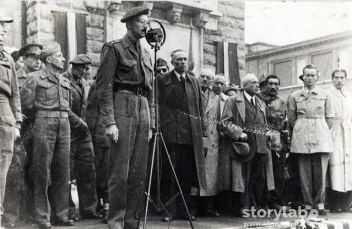 Il comizio del comandante Fletcher con I membri del Cln dopo la Llberazione