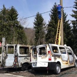 Distrutti due pulmini del Bolognini Incendio accidentale ad Aviatico