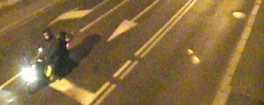 Pub esploso, i filmati delle telecamere Il titolare in scooter con le taniche - Video