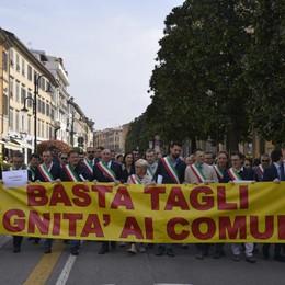Sindaci, la protesta in Comune Una 80ina in corteo: «Basta con i tagli»