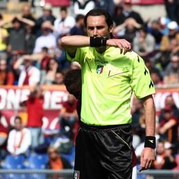L'arbitro Gervasoni si consulta con l'assistente di porta prima di fischiare il rigore per l'Atalanta
