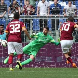 Totti segna il rigore per il momentaneo 1-0 della Roma al 3' pt