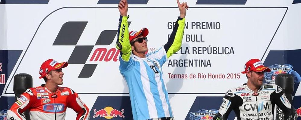 Rossi fa il Maradona in Argentina Vince duello con Marquez che cade