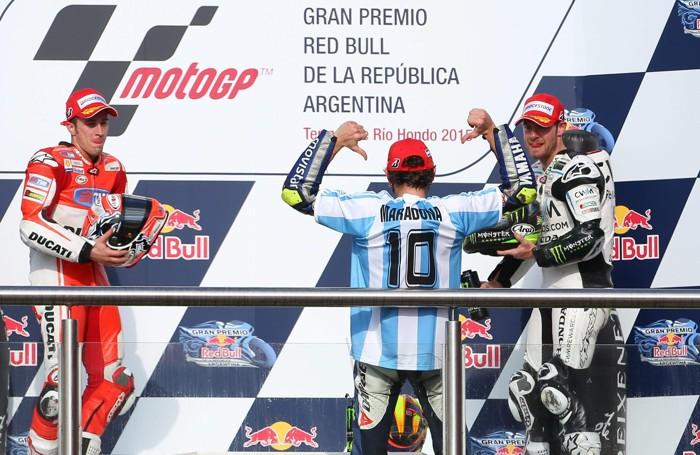 Valentino Rossi  «Maradona» con Andrea Dovizioso a sinistra  e Cal Crutchlow a destra