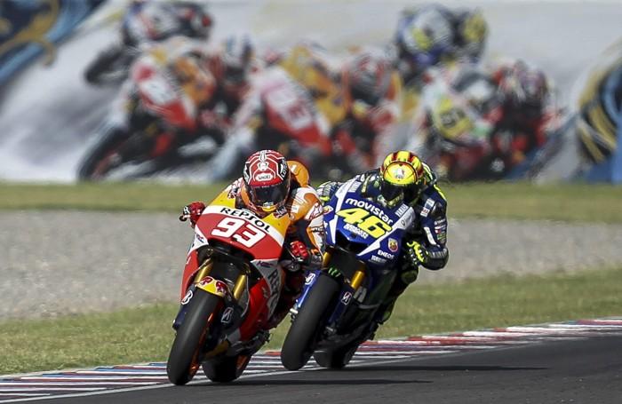 Il duello tra Valentino Rossi (con il 46) e Marc Marquez