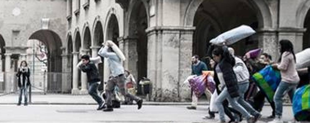 Appuntamento in piazza Dante Il 4 aprile ci si prende a cuscinate