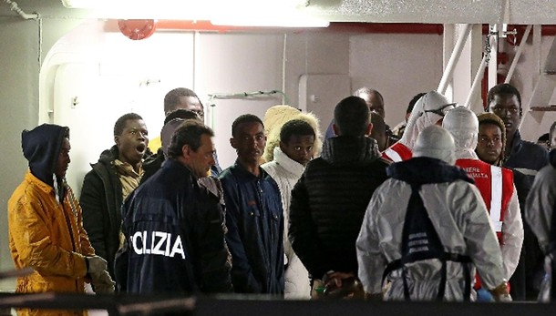 Naufragio: stimati 850 migranti a bordo