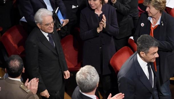 Applausi a Mattarella al Piccolo Milano