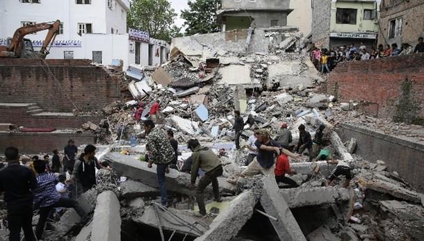 Terremoto Nepal: media, almeno 450 morti