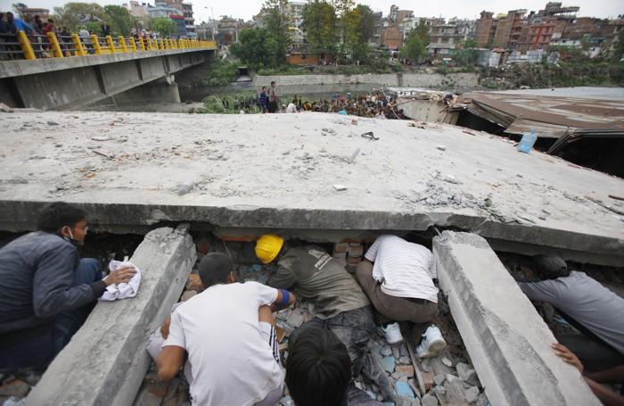 Il terremoto in Nepal: si cercano superstiti a  Kathmandu