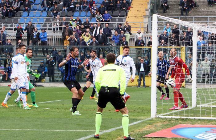 La palla si sta infilando in rete, Denis non si vede, è dietro un  giocatore dell'Empoli, ma è lui l'autore del gol del pareggio